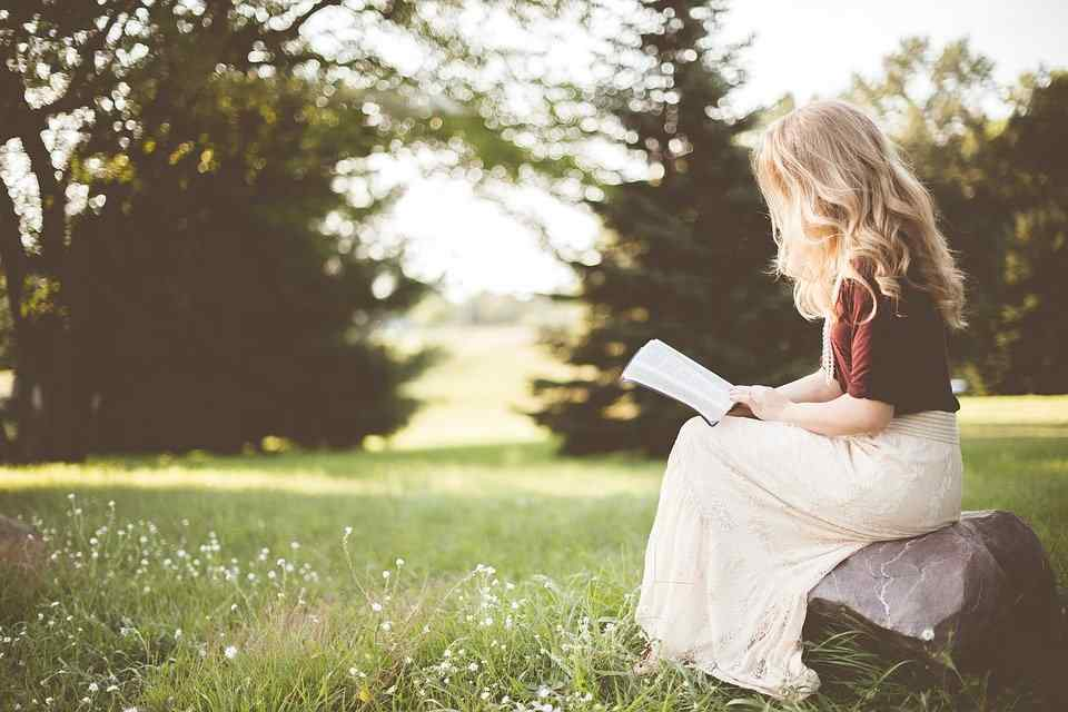 mujer lee biblia
